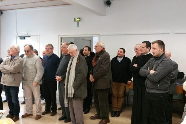 Prêtres, séminaristes, diacres et leur épouse entourent le Père évêque