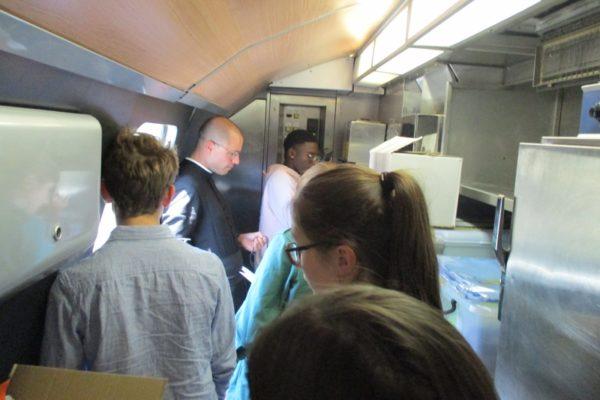 Prière du chapelet animée par les jeunes dans un réduit micro train